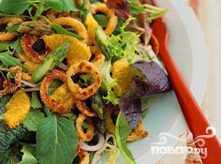 Салат со спаржей, хрустящими кальмарами и мандаринами