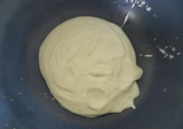 Для начала нужно измельчить сахар в сахарную пудру. Как только справитесь с этим заданием, выкладывайте охлажденную сметану в мисочку.