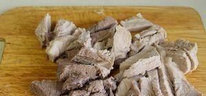 Добавить, нарезанное удобными кусочками, сваренное мясо.