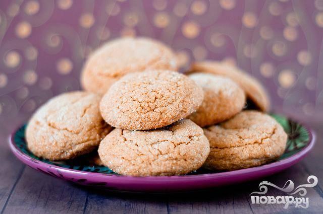 3. Выпекать печенье в течение 8-10 минут, до золотисто-коричневого цвета и трещин на верхушке. Дать остыть на противнях, а затем выложить на стойку и дать полностью остыть перед нанесением крема.