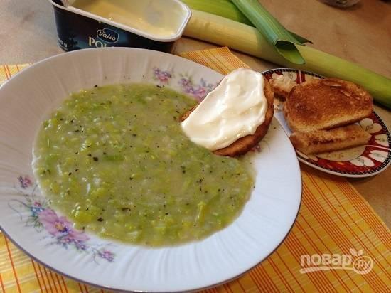 7. Очень вкусным будет суп с гренками с плавленым сыром. Хлеб можно подсушить в духовке или в тостере.