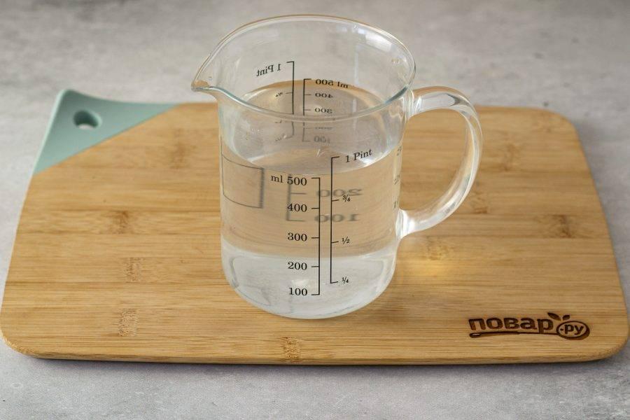 В теплой воде растворите соль и сахар.