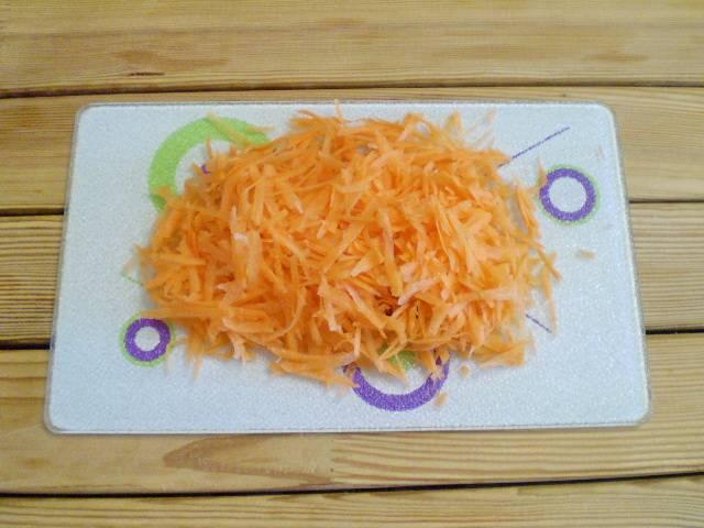 2. Сначала приготовим начинку. Морковь трем на крупной терке.