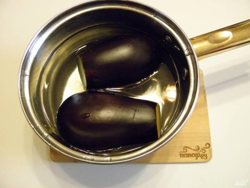 В кипящую соленую воду положите баклажаны и варите до готовности. Время приготовления крупных баклажанов составляет около 20 минут, мелких — 12-15 минут.