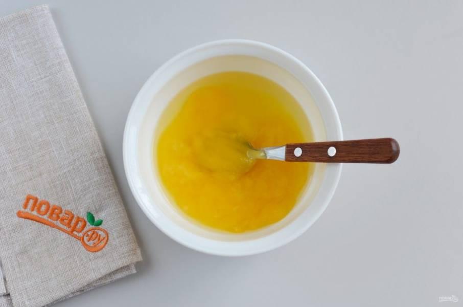 """Пока """"баба"""" печется, смешайте мед, воду и лимонный сок."""