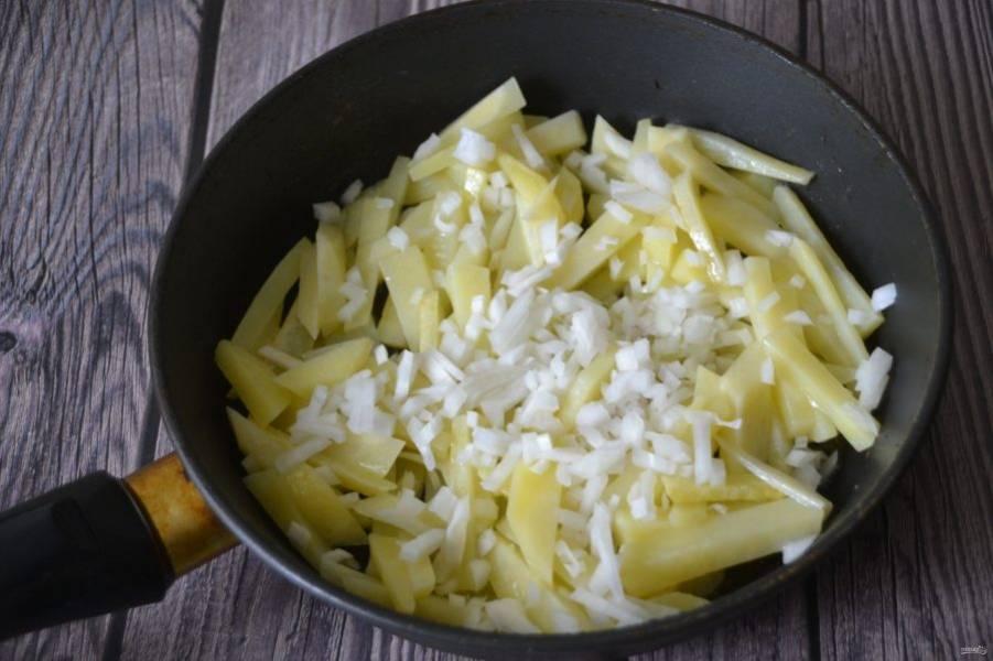 Выложите в разогретое масло картофель, обжаривайте 5-7 минут, после чего добавьте лук и продолжайте жарить.
