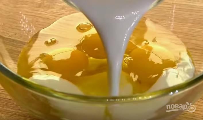 4. Для омлета взбейте 3 яйца и 150 мл молока. Добавьте немного соли.