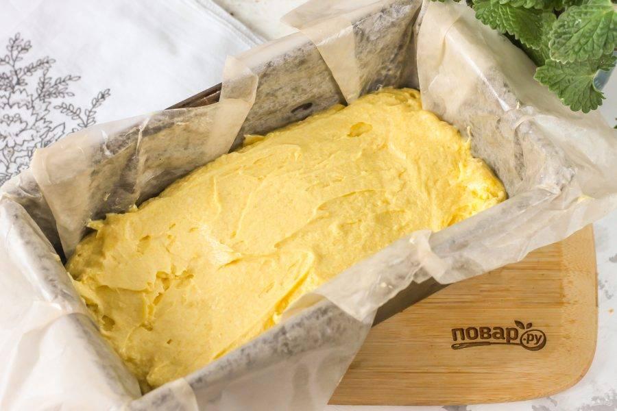 Застелите форму пергаментной бумагой и смажьте ее растительным или сливочным маслом, выложите в форму тесто. Разогрейте духовку до 180 градусов и поместите форму в духовку на 40-50 минут до готовности.