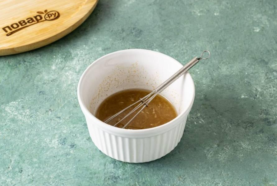 Для маринада смешайте уксус с солью, растительным маслом, сахаром, черным и острым перцем. Добавьте измельченный чеснок. Перемешайте.