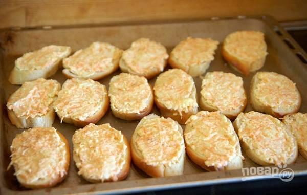 2. Перемешайте начинку как следует, выложите её ровным слоем на хлеб. Отправьте в разогретую до 190 градусов духовку минут на 10-15.