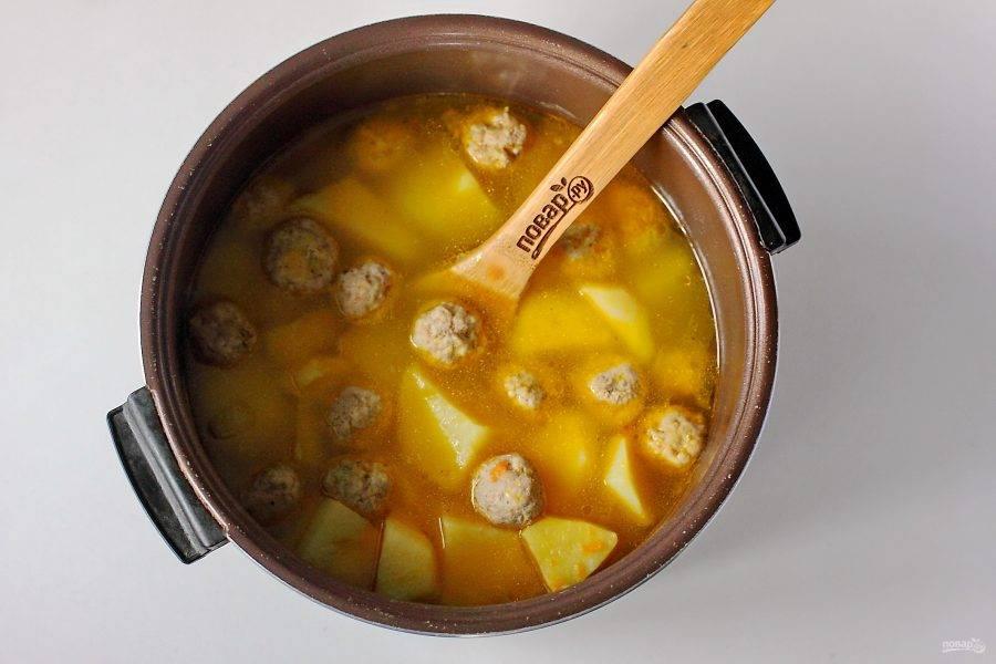 По истечении указанного времени проверьте готовность блюда. Если картофель легко разламывается вилкой, закройте мультиварку и дайте настояться еще 15 минут. Фрикадельки с картошкой в мультиварке готовы.