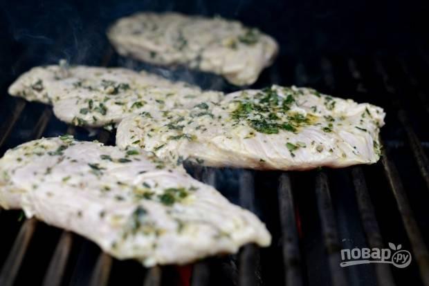 7. А дальше останется только обжарить грудки с двух сторон на гриле или сковороде.