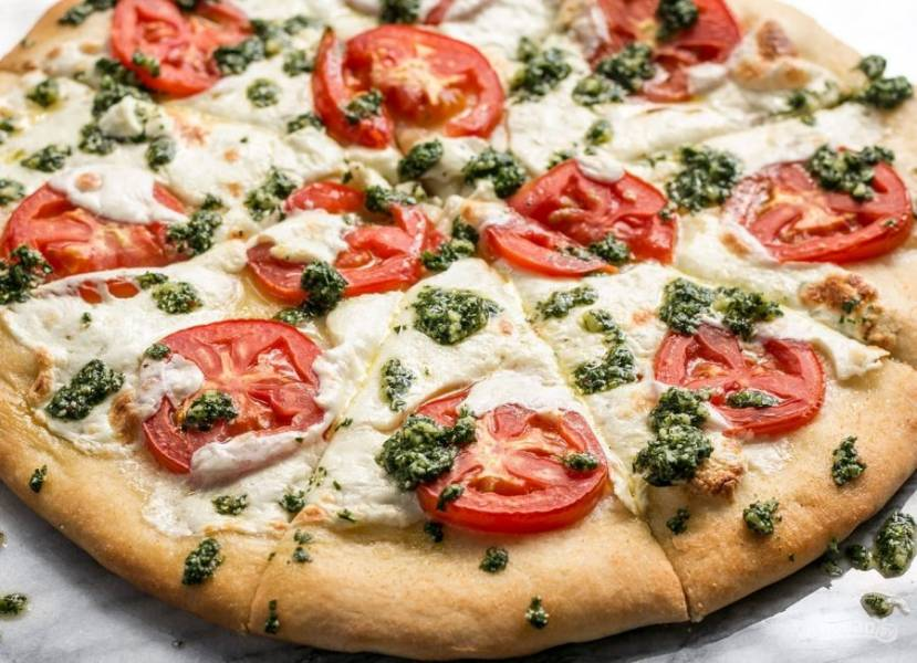 8.Нарежьте пиццу кусочками и подавайте к столу.