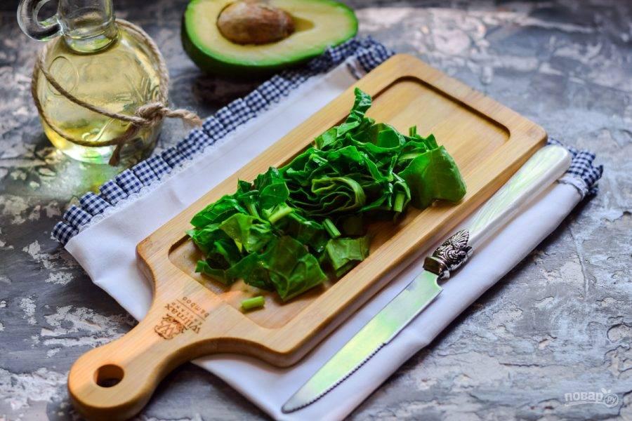 Шпинат ополосните, после просушите листья. Стебли шпината можете обрезать, листья нарежьте или порвите руками.
