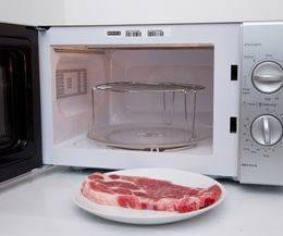 в микроволновку выставляем подставку для гриля и выставляем режим гриль на микроволновке. Ставим мясо, закрываем крышку и готовим. Сначала выпекаем при самой высокой температуре 5 минут,  затем 6-7 минут на средней и потом 9 минут при небольшой температуре  до готовности.