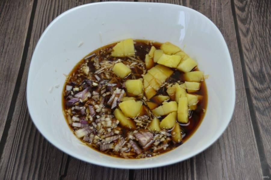 Залейте нарезанные овощи холодным квасом, посолите по вкусу, дайте настояться 5-10 минут.