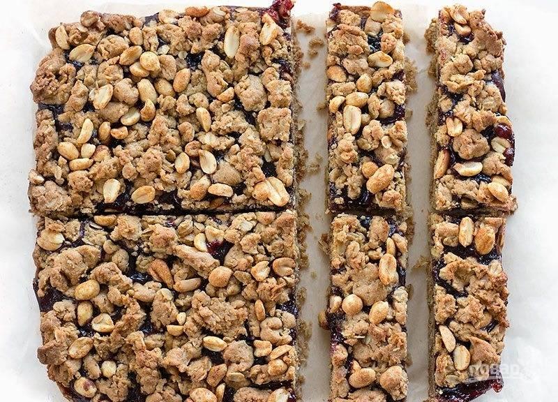9.Отправьте пирог в разогретый до 170 градусов духовой шкаф на 30-40 минут.