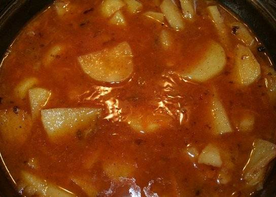 После этого необходимо еще раз извлечь форму из духовки и добавить в блюдо томатную пасту, соль и специи по вкусу. Перемешиваем все и запекаем мясо с овощами еще 10-15 минут, но уже при 230 градусах.