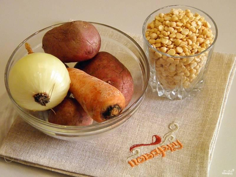 1. Приготовьте продукты для супа. Заранее сварите куриный или мясной бульон.
