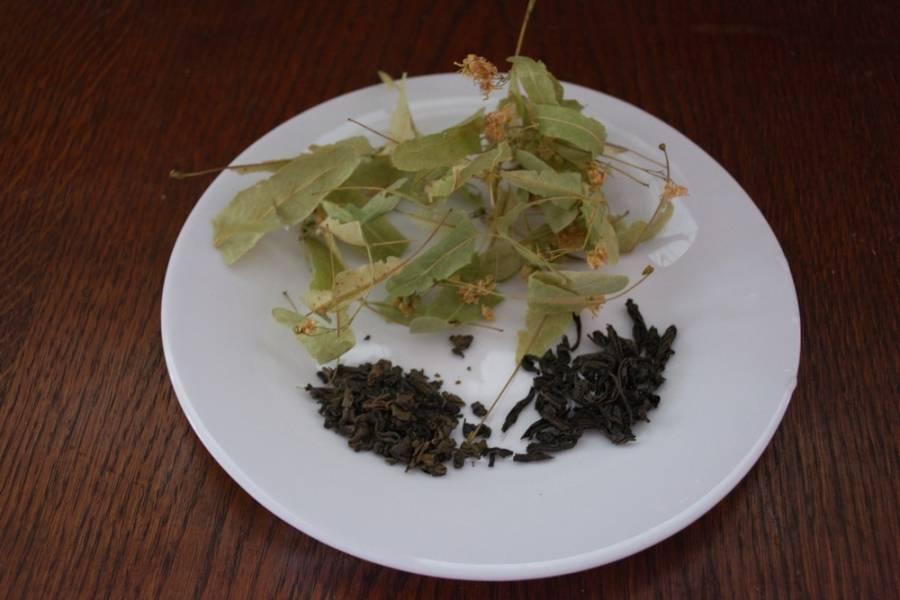 Для приготовления напитка приготовьте черный чай, зеленый чай (у меня с жасмином) и липу.