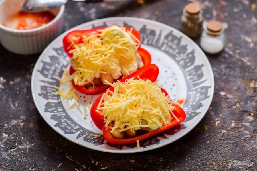 Твердый сыр натрите на мелкой терке, посыпьте перец. После переложите перец на противень, запекайте в духовке при температуре 180 градусов в течение 20 минут.
