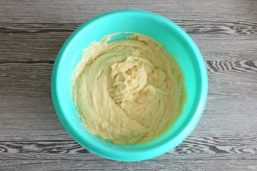 Вымесите тщательно тесто. Оно должно получиться густым и мягким.