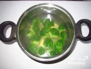 После варки в сковороде на растительном масле прожарьте овощ 5 минут, приправив солью и перцем.
