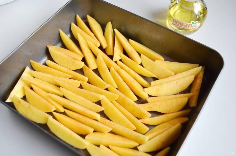 2. Порежьте картофель на дольки. В форму для выпечки добавьте картофель, приправьте солью, перцем и паприкой, добавьте в них оливковое масло или растительное. Выпекайте не накрывая, от 45 минут до часа или до хрустящего и золотисто-коричневого цвета.