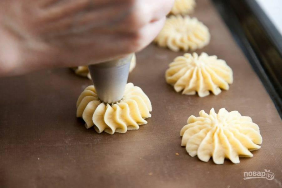 6. Отсадите печеньки на противень.