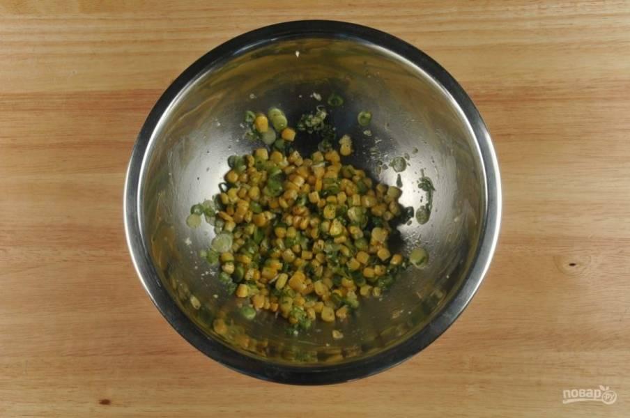 Сделайте начинку. Смешайте 2 чайные ложки сока, чеснок, лук, перец, масло (1 ч.ложку), кукурузу и соль.