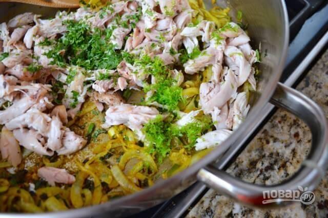 Добавьте мелко нарезанный зеленый лук, сок лайма и чеснок, пропущенный через пресс. Протомите 1 минуту и снимайте с огня.