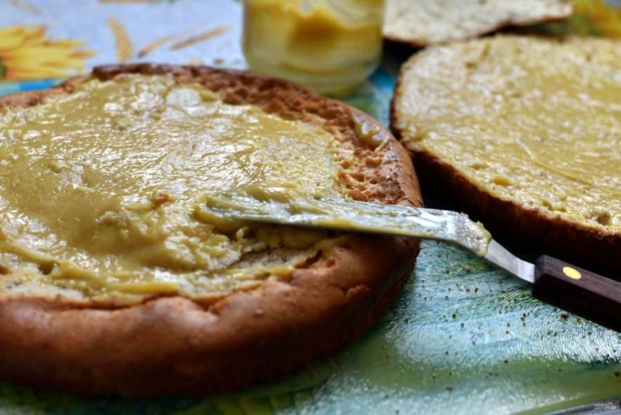 Разрежьте на три коржа, смажьте сначала лимонным курдом.