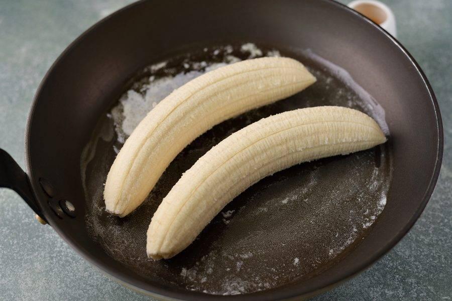 Выложите бананы в масло, уменьшите нагрев, иначе масло начнет гореть.