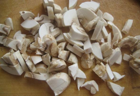 5. А вот грибы следует нарезать мелко. Для нашего блюда подойдут шампиньоны.