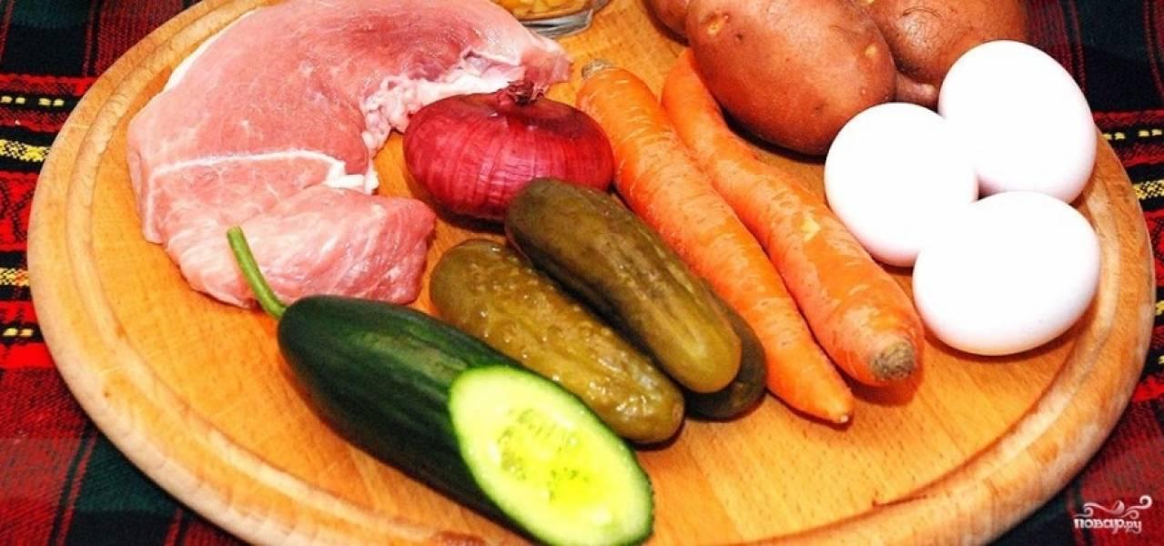 1. Неплохой вариант приготовления мясного салата на основе свинины. Я беру для этого сала обычно вырезку, варю ее до готовности и нарезаю мелкими кубиками.