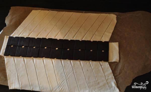 Не доходя до края шоколадки примерно 1 см, делаем косые разрезы на тесте.