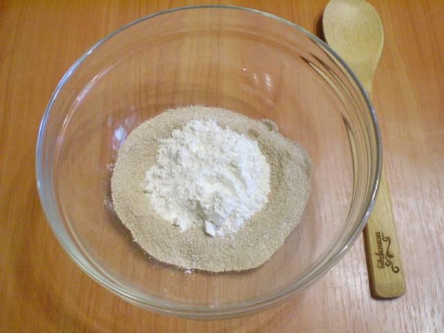 Смешиваем муку пшеничную и гречневую. Добавляем щепотку соли.