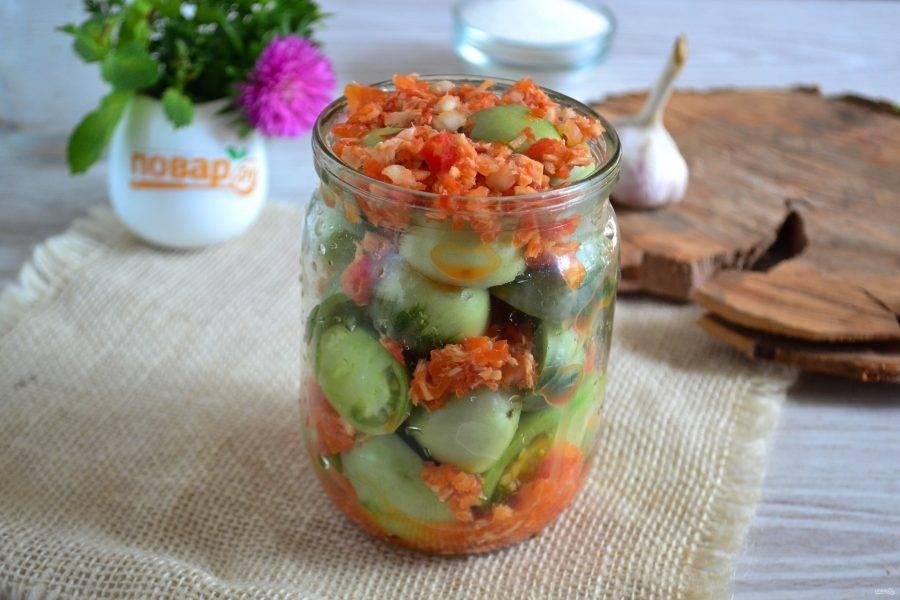 В чистую баночку сложите помидоры, чередуя слои острой заправкой с хреном.