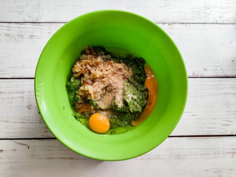 Вбейте яйца, добавьте соль, чеснок и хорошо перемешайте.
