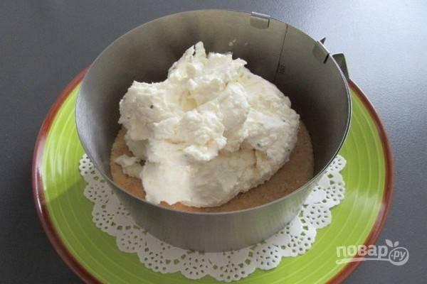 6.Выложите сырную смесь на слой из крекеров.