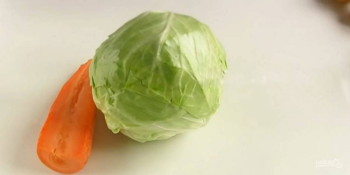3. Заверните тесто в пленку и отправьте в холодильник на 30 минут. Протушите капусту с морковью и специями до готовности (по вашему вкусу). Остудите начинку. Тесто разделите на 16-18 частей и присыпьте мукой.
