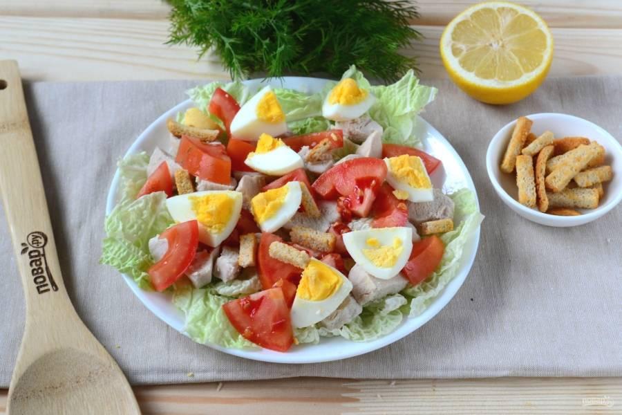 Сверху выложите яйцо, помидор и курицу. По желанию положите домашние или покупные сухарики.