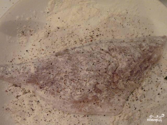 2. В широкой миске смешайте муку, специи для рыбы, соль и перец по вкусу. Обваляйте в смеси филе леща с двух сторон.