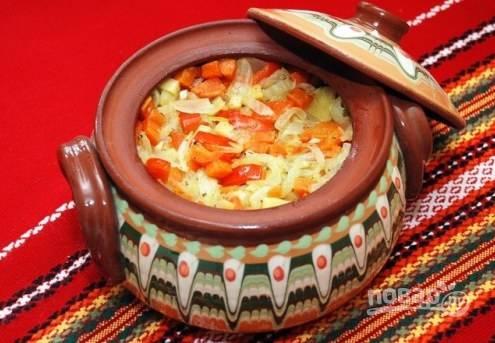 Отправляем горшочек в духовку на 20 минут, готовим блюдо при 200 градусах. Затем достаем горшочек и заливаем в него томатный сок. Ставим обратно в духовку на 15-20 минут.