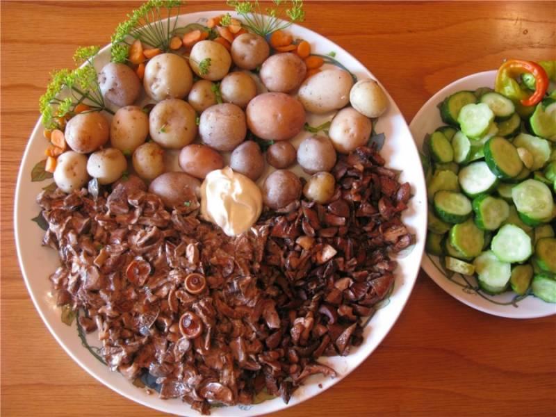 Отварите картошку в мундире. Готовые жареные грибы рыжики подаем с овощами и картофелем. Приятного аппетита!
