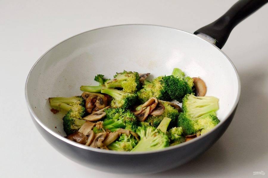 Влейте к брокколи соевый соус, вино и разведенный крахмал. Поперчите по вкусу, добавьте тмин. Дайте соусу немного загустеть, затем снимите с огня.