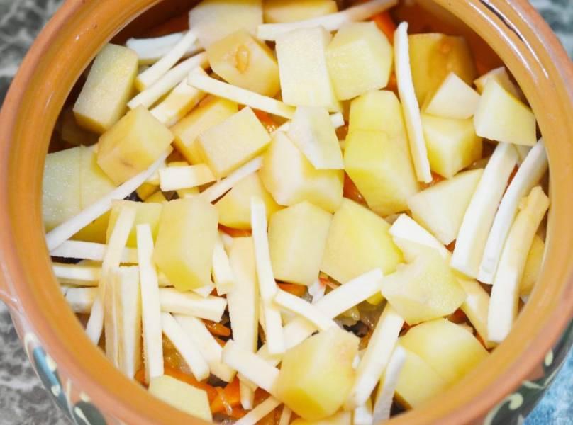 6. Выложите порезанный кубикам картофель и нарезанный соломкой сельдерей.