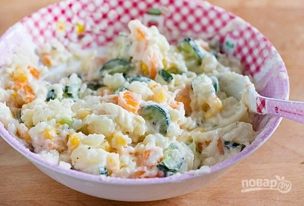 6.В миску к картофельному пюре выкладываю огурец, морковь, кукурузу и заправляю майонезом, по вкусу солю и перчу, перемешиваю.