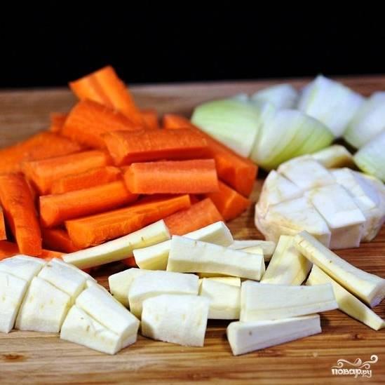 Тем временем очищаем и крупно нарезаем все овощи.