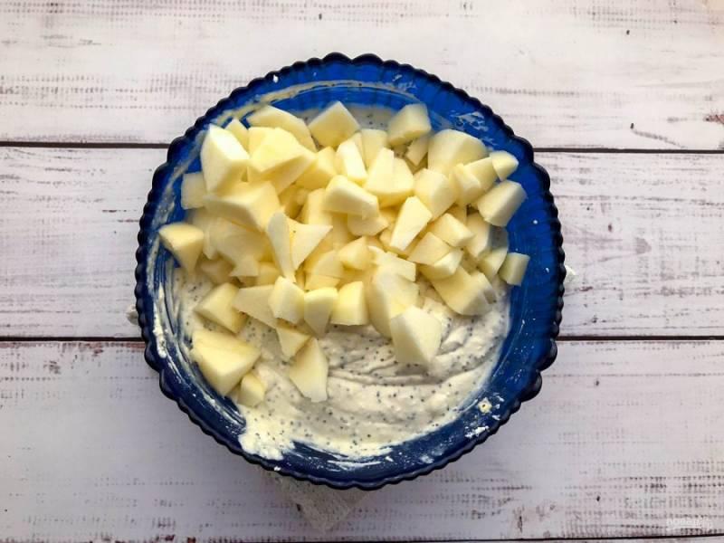 Яблоки очистите от кожуры, удалите сердцевину, мелко нарежьте, добавьте к творожной массе и хорошо перемешайте.